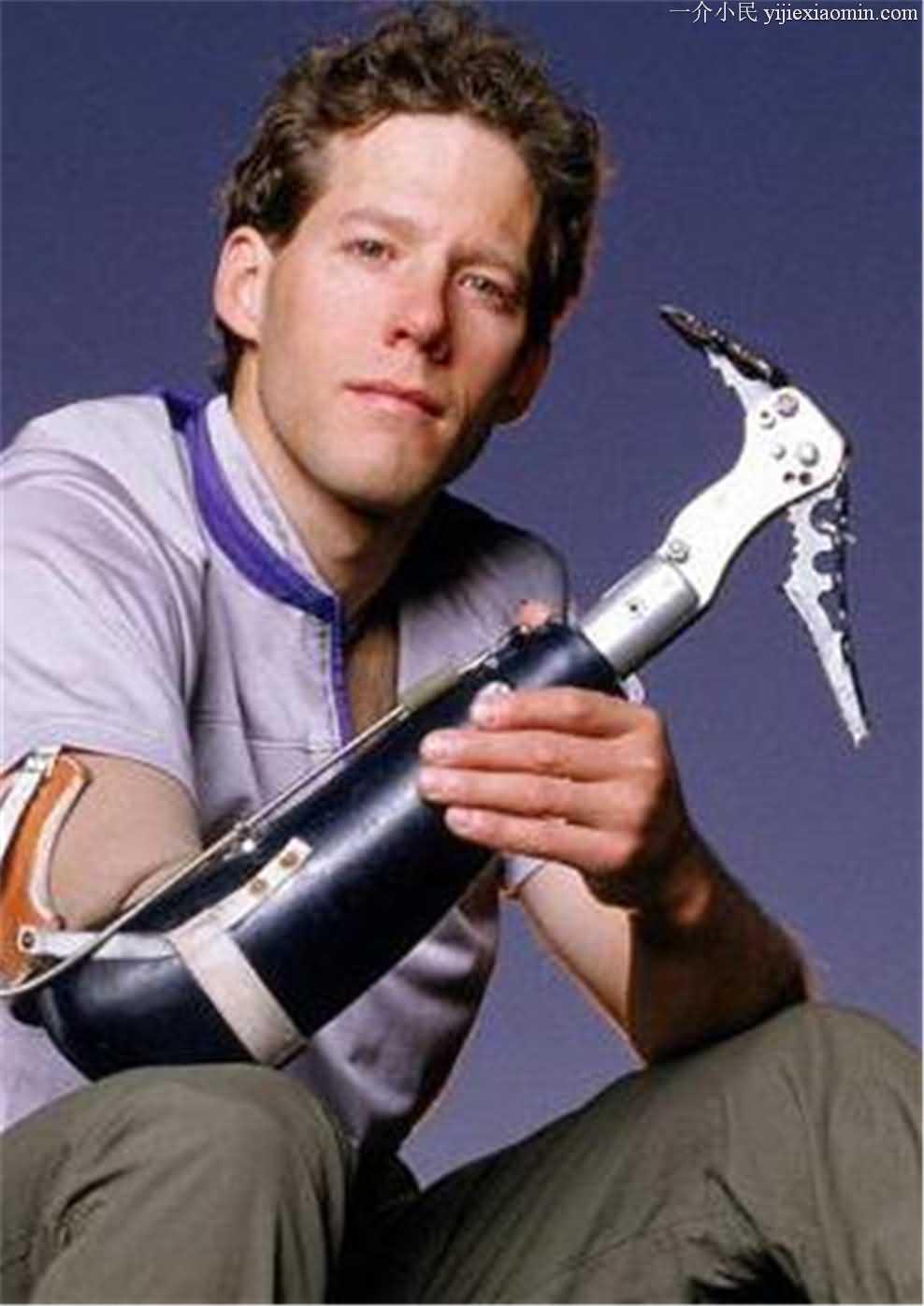 花费1个多小时割下了自己的半只手臂拍成了的电影《127小时》